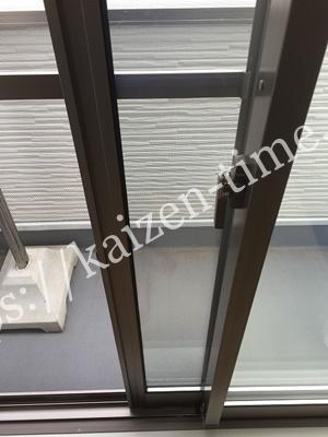 右側に網戸をセットしておけば、何の問題もなく使用できますが、左側に網戸をセットしてしまうと、窓と網戸の間に隙間が開いてしまうため蚊が部屋に侵入してきてしまうのです。