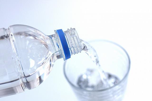 こむら返りの原因の1つでもある水分不足。汗を大量にかくときなどはこまめに水分を補給しましょう。