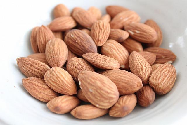 アーモンドは、ビタミンEを多く含む食品として知られています。また、若返りのビタミンとも呼ばれているのでアンチエイジングを目指す方にピッタリな食品なんですね。