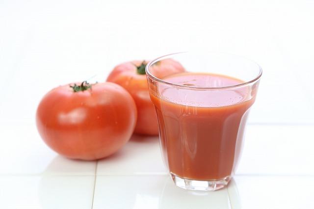 トマトジュースにはリコピンがたっぷりと含まれているので、美肌や美白に役立ってくれるのです。