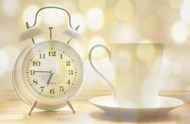 コラーゲンドリンクはいつ飲めばその効果を最大限に得ることができるのか?それは、お肌のゴールデンタイムと呼ばれる夜の22時から深夜2時の1時間前。すなわち夜の21時頃に飲むのが一番良いのです。