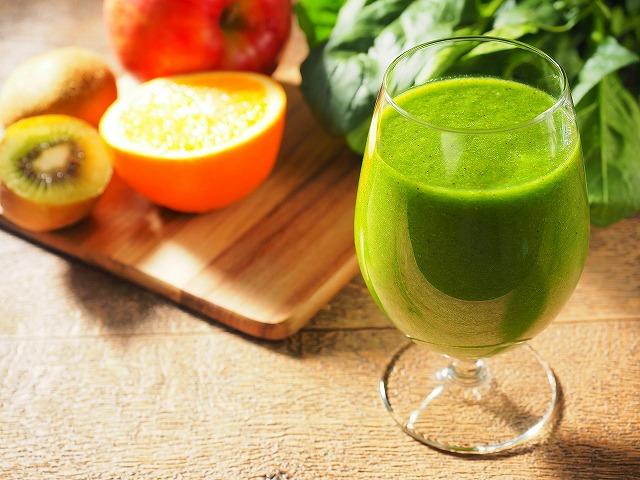 スムージーは多くの野菜の成分を同時に摂取できるのですが、作るのが面倒くさいというデメリットがあります。