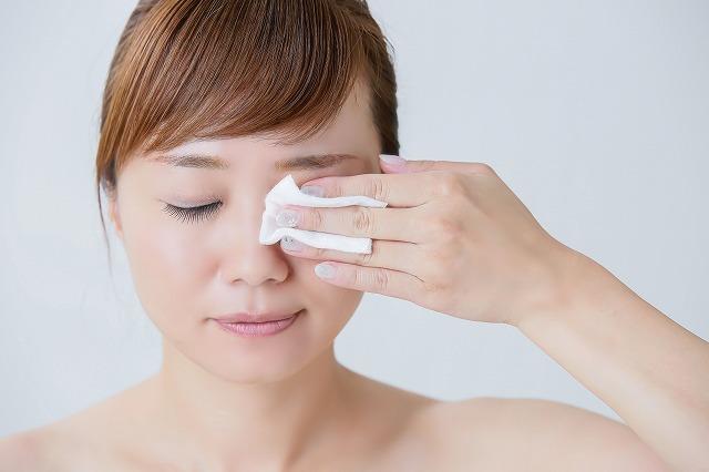 美白化粧品はお肌に負担がかかる強い成分が使われている可能性があるので、使う頻度が多いとシミの原因にもなりかねません。また、洗顔やクレンジング・ピーリングなどの摩擦刺激もメラニンの生成を助長する結果になるので注意が必要です。