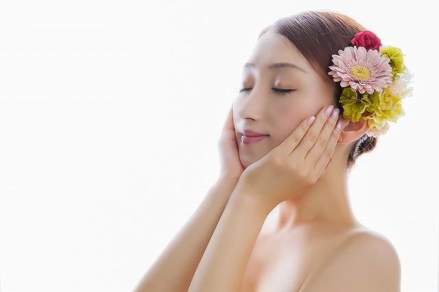 蒸しタオルを使用して洗顔後に基礎化粧品を使うと、毛穴が開いているうえに余分な皮脂がないので美容成分の浸透力が飛躍的に向上します。