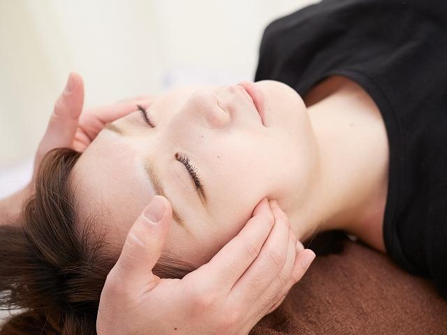 エラや頬骨など骨格から小顔を目指す際に、もっとも効果的といわれている方法が骨気(コルギ)です。