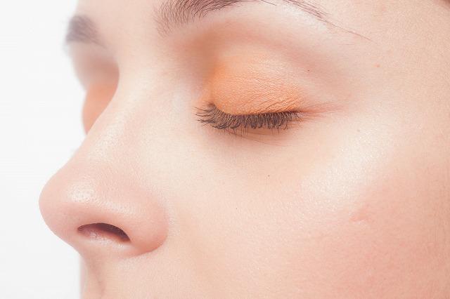 目の下のたるみって本当に気になりますよね?でも、美容クリニックでヒアルロン酸注射を打つのは怖いので気が引けてしまいます。そこで、目の下にあるアイテムを貼るだけでヒアルロン酸を集中補充する方法があるのでおすすめです。