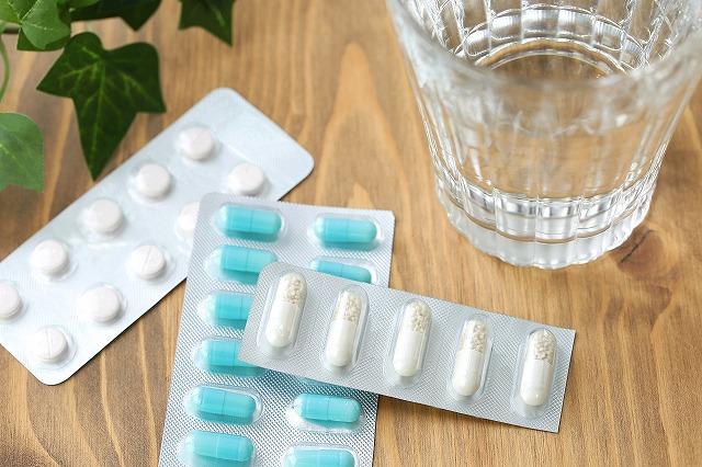 市販されている花粉症薬で副作用が少ないのは第二世代抗ヒスタミン薬を使っている花粉症薬です。