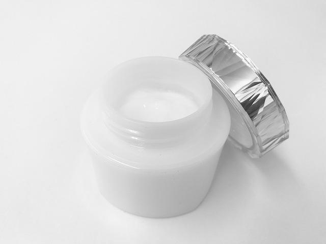 美容液や化粧水を手で塗るよりも170倍も浸透させられる技術があります。