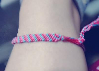 赤とピンクと水色の糸で作ったミサンガ