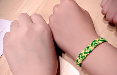 黄色と緑の糸を使用したミサンガ