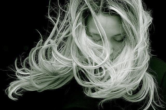 フェイススチーマーの水蒸気は髪の毛の保湿ケアにも利用できます。