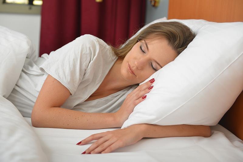 厚い枕を使うと首にシワができるって本当?