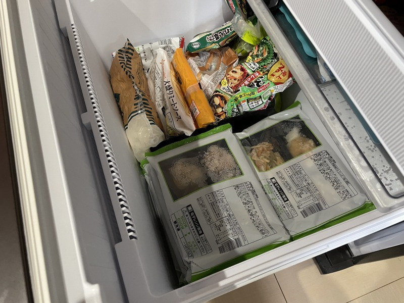 自宅の冷凍庫にまごころケア食のお弁当を収納したら半分を占領されました。